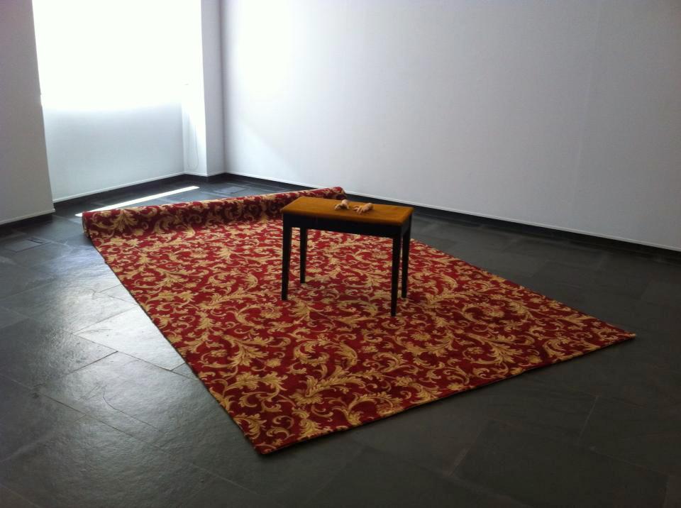 banqueta con alfombra